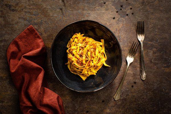 Tagliatelle al ragù di maialino sfilacciato ristorante affumico bologna